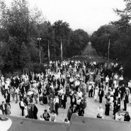 Ganze Völkerstämme sammeln sich in jeder Pause vor dem Bayreuther Festspielhaus: Minister, Studienräte, Kriminalräte - lauter feine Leute!