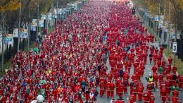 Tausende Weihnachtsmänner laufen für den guten Zweck