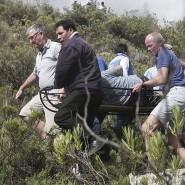 Insassen des Busses und Anwohner bei Rettungsarbeiten nach dem Unfall.