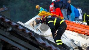 Feuerwehr in Kontakt mit verschütteten Kindern