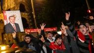 Erdogan-Anhänger feiern das Ergebnis der vorgezogenen Präsidenten- und Parlamentswahlen in der Türkei auf dem Kurfürstendamm