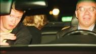 Dieses Bild ist das letzte, das Diana lebend zeigt. Sie sitzt mit ihrem Fahrer Henri Paul, ihrem Bodyguard Trevor Rees-Jones und ihrem damaligen Freund Dodi Fayed in dem Unfallauto – und dreht sich von der Kamera weg.