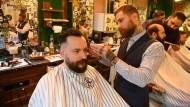 """Alex Toretto beim Haare- und Bartschneiden in seinem """"Toretto Barbershop"""" in der Frankfurter Innenstadt."""