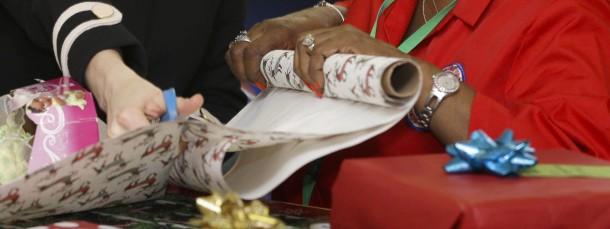 Weniger Papier ist mehr: Herzogin Kate scheint diese Regel beim Einpacken von Geschenken nicht zu beachten.