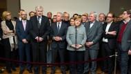Die CDU-Vorsitzende und Kanzlerin Angela Merkel und der CSU-Vorsitzende und damalige bayerische Ministerpräsident Horst Seehofer äußern sich zum Scheitern der Jamaika-Verhandlungen. Der hessische Ministerpräsident Volker Bouffier (CDU) steht rechts neben Merkel.
