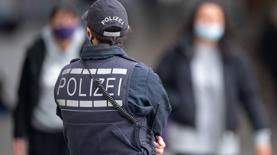 Stuttgart: Eine Polizistin steht in der Innenstadt