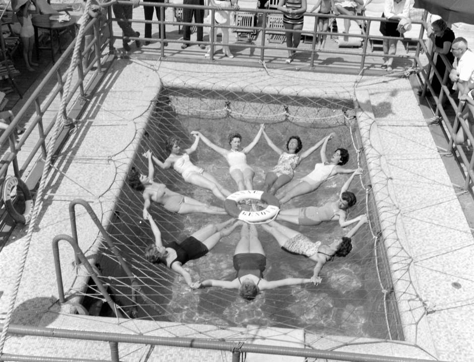 Seesternchen: dekorative Wassergymnastik an Bord eines frühen Costa-Kreuzschiffs.