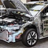 Aufgeschnitten: Toyota Prius mit Hybridantrieb. Die Kombination aus Benzin- und Elektromotor sorgt für niedrigere Verbrauchswerte.