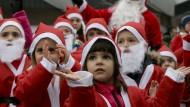 Tanzen für den guten Zweck: Beim Weihnachtsmannlauf in Berlin sammelten Mitte Dezember auch schon die Kleinsten für bedürftige Familien im Kosovo.