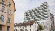 """Soziales Gefälle: Der moderne Wohnturm """"Axis"""" steht an der Grenze zum Gallus-Viertel"""
