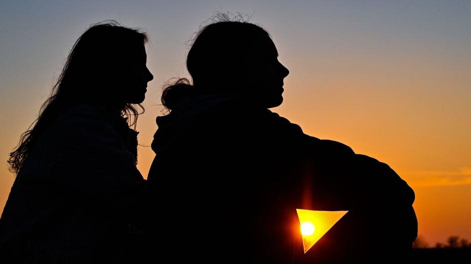Aus der Nähe wird Distanz: Wenn sich einer von beiden neu verliebt, kann das eine Freundschaft belasten (Symbolbild).