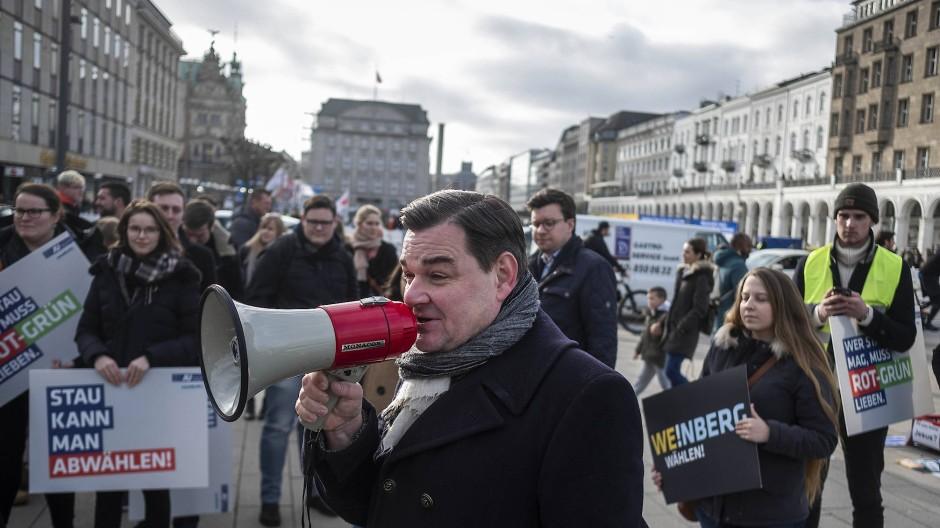 Kaum ein Durchkommen: Marcus Weinberg, Spitzenkandidat der CDU in Hamburg, hat es schwer im Wahlkampf.