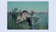Weiter flussabwärts: Mein Vater streichelt ein kleines Dromedar.