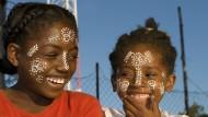 Zwei Mädchen aus Nosy Be in Madagaskar