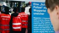 """Ein Mann verfolgt im September 2014 die Berichterstattung über die selbsternannte """"Scharia-Polizei""""."""