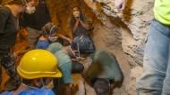 Ausgegraben: Die Forscher freuen sich über ihre Funde.