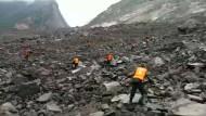 Chinas Staatsfernsehen zeigt Rettungskräfte nach dem Erdrutsch.