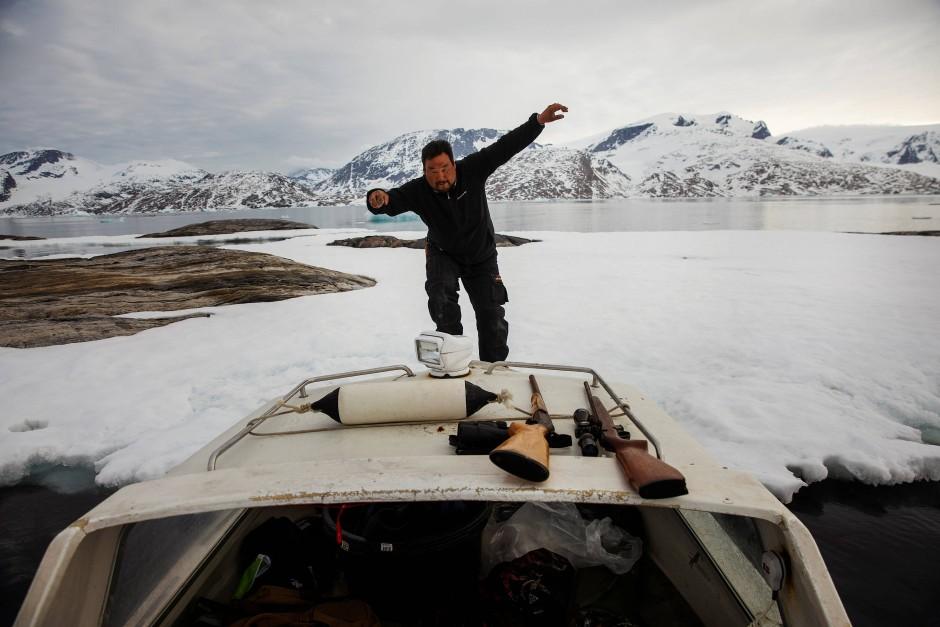 Henrik Josvasson springt zurück auf sein Boot, nachdem er nach Eiern des Papageientauchers Ausschau hielt.
