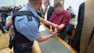 Der Angeklagte im Verhandlungssaal des Landgerichts in Gießen