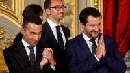 Luigi Di Maio (links) und Matteo Salvini (rechts) nach einer feierliche Vereidigung in Rom vergangenen Jahres.