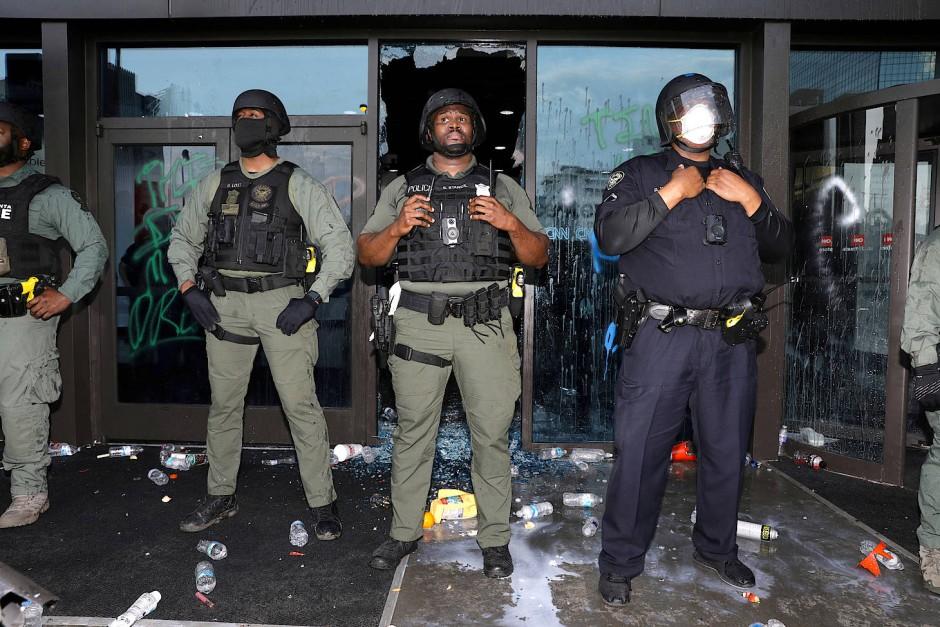 Polizisten bewachen die Eingang des Senders CNN in Atlanta.