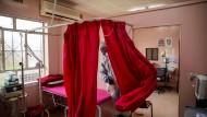 Nachdem eine Pflegekraft positiv auf das Coronavirus getestet wurde, ließ man die Duduza-Klinik in Ekurhuleni, Südafrika, Anfang April schließen und desinfizieren.