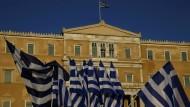 Flaggen vor dem griechischen Parlament