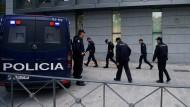 Polizisten bewachen am Donnerstag Spaniens obersten Gerichtshof, wo am Mittag mehrere ehemalige Minister der katalanischen Regierung erschienen sind.