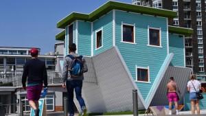 Ein Haus steht Kopf