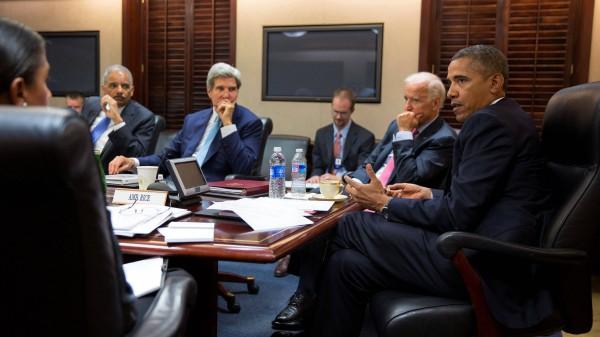 Der Nationale Sicherheitsrat tagt: Barack Obama im Weißen Haus mit Vizepräsident Joe Biden, General Eric Holder, Außenminister John Kerry und Sicherheitsberaterin Susan E. Rice (verdeckt)