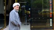 Nichts geht mehr: Ein Iraner am Montag vor einer Wechselstube in Teheran
