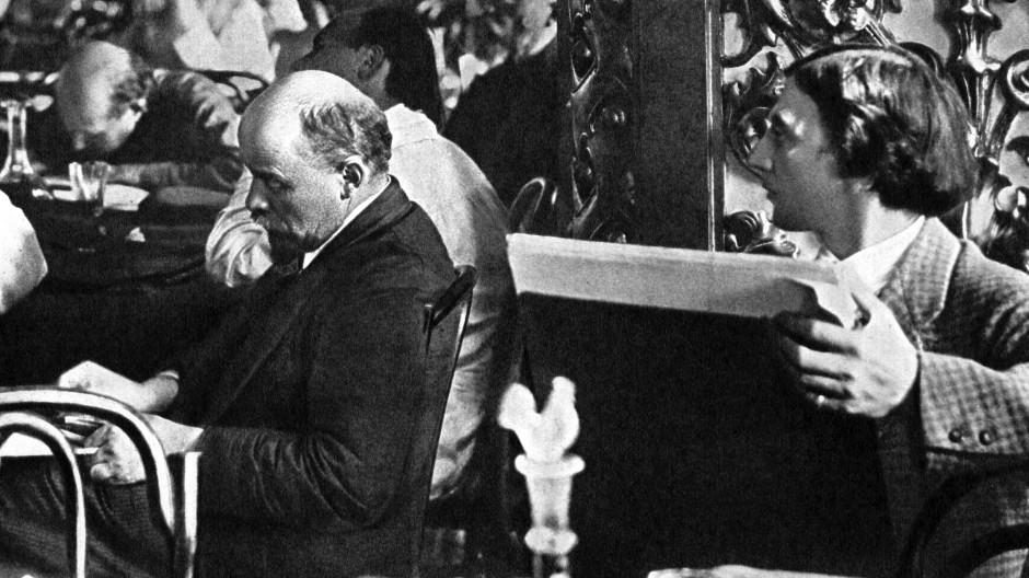 Der oberste Genosse liest, der Zeichner hält es fest: Lenin und der Maler Isaak Brodski auf dem dritten Weltkongress der Komintern im Juli 1921 in Moskau.