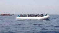 Flüchtlinge auf einem Rettungsboot im Mittelmeer.