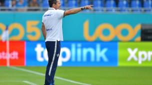 """Gibt die Richtung vor: Darmstadts Trainer Dirk Schuster will """"Zweikampfhärte und Aggressivität"""" von seiner Mannschaft sehen."""