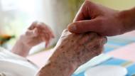 Nicht immer ist jemand da, der ältere Menschen behandeln kann (Symbolbild)