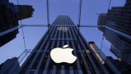 Das Apple-Logo im Eingang des New Yorker Apple-Stores auf der Fifth Avenue