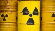 Der Bau eines Endlagers für hochradioaktiven Atomabfall ist nicht absehbar. Deshalb müssen bestehende Zwischenlager länger betrieben werden.