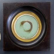 Reliquie unter Glas, in einem Rahmen aus Holz: Haare mit Goldrand