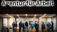 Arbeitssuchende vor der Bundesagentur für Arbeit in Duisburg