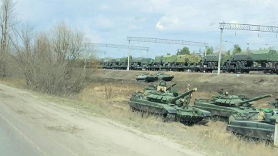 Russische Panzer und Militärfahrzeuge in der Region Woronesch am 6. April