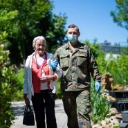Ein Soldat der Bundeswehr geht im Mai 2020 mit einer Bewohnerin eines Seniorenheims spazieren. Nun sollen Soldaten im großen Stil helfen und Corona-Tests in Pflegeeinrichtungen durchzuführen.