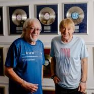 Je älter, desto doller: Die Amigos Karl-Heinz (links) und Bernd vor ihrer Sammlung von Gold- und Platinschallplatten.