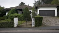 Wird bald geöffnet: Das Haus von Heinz Schenk in Wiesbaden-Naurod. Am Samstag wird das Inventar verkauft.