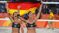 Gold-Jubel: Laura Ludwig (links) und Kira Walkenhorst nach dem Finale im Beach-Volleyball