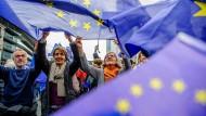 Mit Herz und Sternen: Demonstranten erheben auf dem Frankfurter Goetheplatz und in vielen anderen Städten jeden Sonntag um 14 Uhr ihre Stimme und viele Flaggen für Europa.