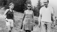 August 1974: Premierminister Jacques Chirac bei einem Spaziergang mit seiner Frau Bernadette und Tochter Claude in der Nähe von Auron.
