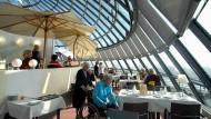 Für knapp 3000 Euro im Monat lässt es sich im Seniorenstift Augustinum in einem Zweizimmerapartement gut leben, schöne Aussicht im Speisesaal inklusive.