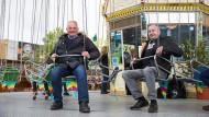 Schausteller in dritter Generation: Thomas Roie (links) kennt die Dippemess' seit Kindertagen. Neben ihm sitzt Dippemess'-Organisator Kurt Stroscher.