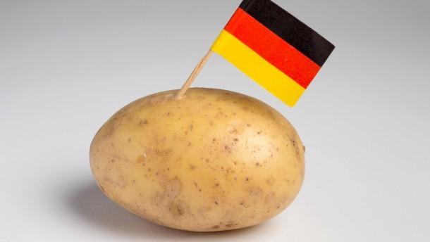 Kartoffel mit eingesteckter Fahne der Bundesrepublik Deutschland - Fotoillustration Kartoffelrezepte