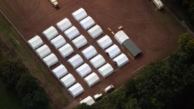 Vorerst unbewohnt: Flüchtlingslager auf einem Fußballplatz in Duisburg